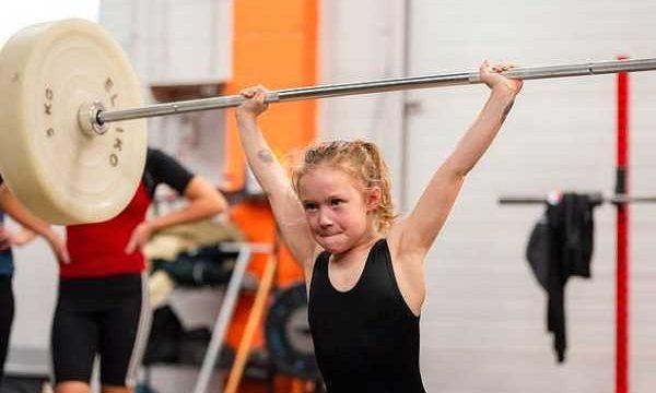 Câu chuyện về bé gái 7 người Canada tuổi nâng được tạ 80 kg